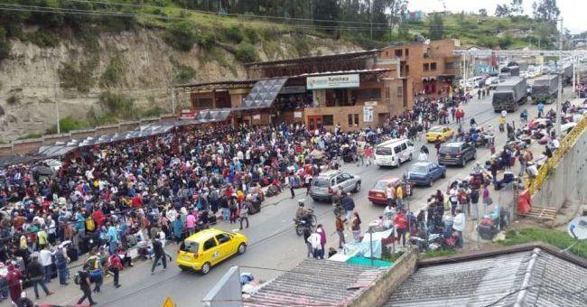 Vuelo36 - Emigrar o no Emigrar... he ahi el problema?? - Página 8 Venezolanos_en_puente_rumichaca